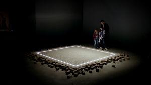 Mies ja lapset katsovat taideteosta elokuvassa The Square