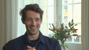 En leende Adam Lundgren i närbild.