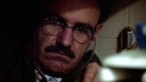Gene Hackman salakuuntelemassa ahtaassa paikassa elokuvassa Keskustelu (The Conversation)