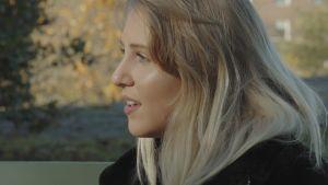 Molly Rosenströmin kasvot läheltä. Kuva otettu ulkona syysilmassa.