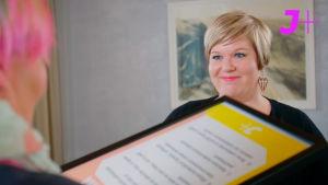 Perhe- ja peruspalveluministeri Annika Saarikko vastaanottaa toimittaja Jenny Lehtiseltä vetoomuksen toteuttaa #kasvurauha