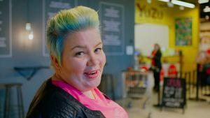 Jenny Lehtinen ostoskeskuksessa.