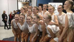 Synkrolaget Marigold IceUnity jublar efter tävling.