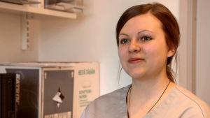 Eläinlääkäri Julia Gustafsson.