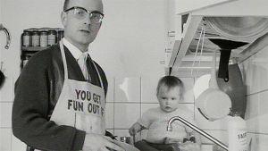 Toimittaja Pekka Holopainen tiskaa, tiskipöydällä istuu pieni tytär (1966).