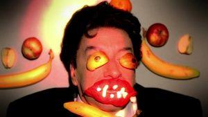 Simon Day on muovailuvahan ja hedelmien ympäröimä Brian Pern sarjassa Brian-sedän rocktarinat