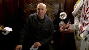 Simon Day on Elviksen vessanpöntöllä istuva Brian Pern sarjassa Brian-sedän rocktarinat