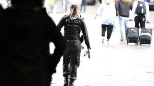 Väktare går på gata.