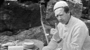 Keittiömestari Veijo Vanamo valistaa.