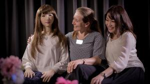 Kuvassa (vasemmalta oikealle) on androidi Erica, Iiris Härmä ja Coco Minaka Homma. Ohjelma liittyy Radio Variaatio -sarjan ohjelmaan Vierasta värähtelyä