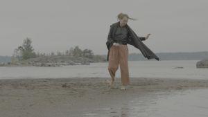Liisa Mendelin dansar på sandstrand
