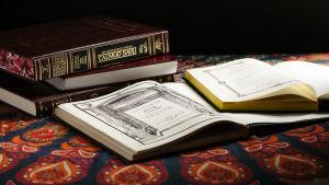 Kuvassa avoinna olevia pyhiä juutalaisia kirjoja