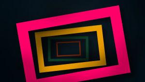Geometriset ja värikkäät neliöt sisäkkäin mustalla pohjalla.