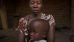 En mor och hennes barn i Uganda.