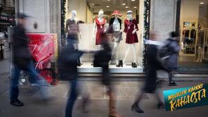 Näyteikkunan ohi kulkee ihmisiä Milanon kadulla.