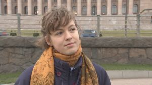 Elsa Korkman utanför riksdagshuset.