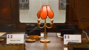 Ranskan marsalkka Ferdinand Fochin salonkivaunun replicam sisustus on alkuperäinen. Compiègnen aselepoaukion museo, Ranska. Vaunussa allekirjoitettiin aselepo v. 1980 ja 1940. Kuvassa näkyvät Ranskan delegaation allekirjoittajien paikat.