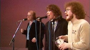 Kari Kuuva yhtyeineen esiintyy Tuubissa.