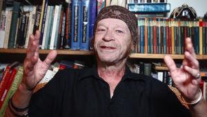 Leon Vitali lähikuvassa. Kuva dokumenttielokuvasta Filmworker, 2017.