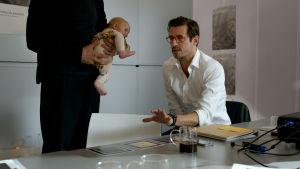Claes Bang ja vauva. Kuva elokuvasta The Square.