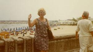 Meri Louhos kielikurssilla Nizzassa 1972, taustalla Välimeri ja hiekkaranta.