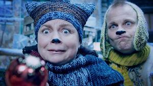Maukka ja Väykkä katsovat punaista joulupalloa.