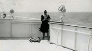 Meri Louhoksen ystävä valtamerilaivan kannella Atlantilla elokuussa 1960.