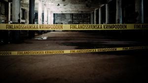 """En mörk källare avspärrad med polistejp med texten """"Finlandssvenska krimpodden"""". Bildkollage."""