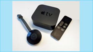 Kaksi mediasoitinta: Chromecast-tikku ja Apple TV -laite, jälkimmäisessä kaukosäädin mukana.