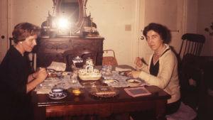 Meri Louhos ja ystävänsä Amelié Rochesterissa 1960.