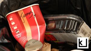 Starbucksin noutomuki roskiksessa