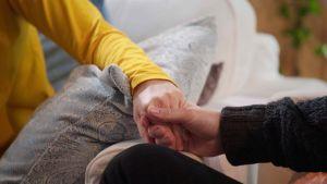 Kuvassa näkyy tiiviinä kuvana, kun Nanna ja Jussi pitävät toisiaan kädestä.