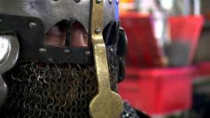 Ett par ögon som tittar ut från en medeltida rustning.