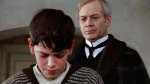 Itkevä Alexander (Bertil Guve) ja hänen takanaan piispa Edvard Vergerus (Jan Malmsjö) elokuvassa Fanny ja Alexander