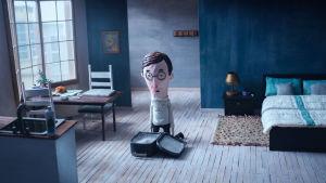 Animaatiohahmo polvistuneena lattialle avonaisen matkalaukun eteen.
