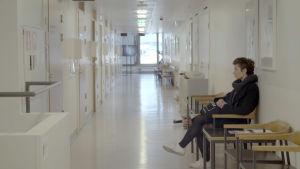 Maija odottaa tietoa siitä ovatko syöpähoidot tehonneet.