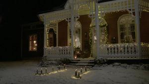 Strömsövillan med julbelysning