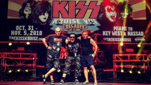 Lasse Grönroos, Markpo Syrjälä och Tuomas Roos poserar på scenen på Kiss kruise VIII 2018.