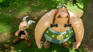 Asterix ja Obelix katsovat ylöspäin.  Kuvattu ylhäältä.