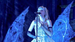 Nuori norjalainen artisti Aurora konsertoi.