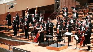 Ranskan radion filharmonikot ja ylikapellimestari Mikko Franck kiittävät Berliinin filharmoniassa joulukuussa 2018.