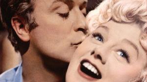 Michael Caine ja Shelley Winters lähikuvassa elokuvassa Alfie.
