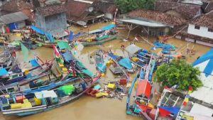 Förstörd by efter tsunamin i Indonesien strax före jul 2018.