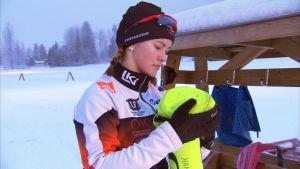 Hanna Ray packar skidor i Vörå.
