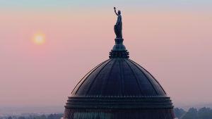 Kupolen på Montanas delstatsbyggnad i solnedgången.