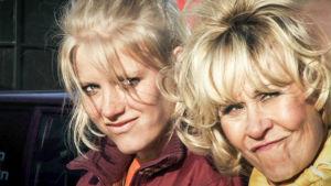 Laura Birn ja Eeva Litmanen elokuvassa Ralliraita 1.