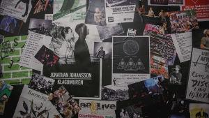 Affischer som gör reklam för artister.