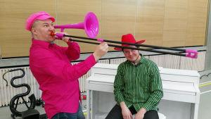 Tuubisti Harri Lidsle soittaa pinkissä asussa pinkkiä pasuunaa.
