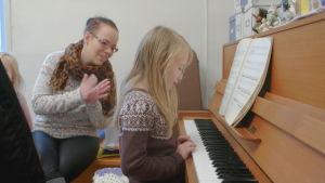 petra applåderar då hennes dotter spelar piano