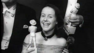 Eeva-Kaarina Volanen pitelee Jussi-patsasta Jussi-gaalassa 1948